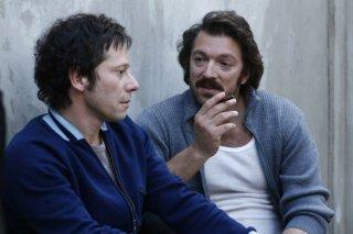 Mathieu Amalric e Vincent Cassel in una scena del film Nemico pubblico n°1 - L'ora della fuga