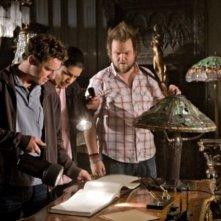 Bret Harrison, Rick Gonzalez e Tyler Labine in una scena dell'episodio The Favorite di Reaper