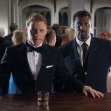 Christopher Egan ed Eamonn Walker in una scena del pilot della serie Kings