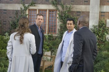 Hugh Laurie, Kal Penn, Omar Epps e Olivia Wilde in una scena tratta da Here Kitty di Dr. House: Medical Division