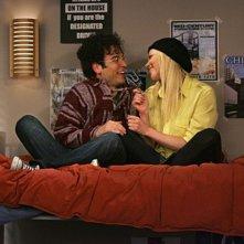 Josh Radnor e Laura Prepon in un momento dell'episodio Sorry, Bro di How I Met Your Mother