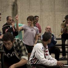 Kasia Smutniak, Francesco Signa, Paolo Ciarchi e i detenuti della Casa Circondariale di Torino in una scena del film Tutta colpa di Giuda