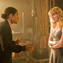 Rick Gonzalez e Jenny Wade in una scena dell'episodio The Favorite di Reaper