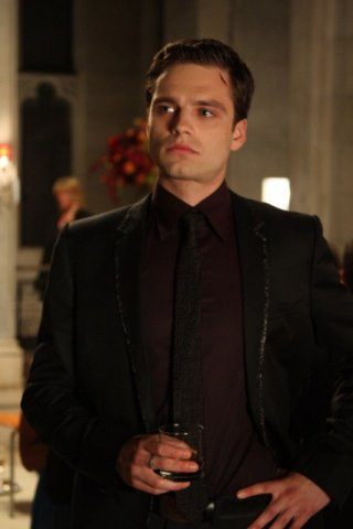 Sebastian Stan in una scena del pilot della serie Kings