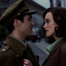 Cillian Murphy e Keira Knightley in una scena del film The Edge of Love