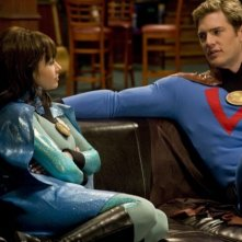 Danielle Harris e Ryan McPartlin in una scena del film Super Capers