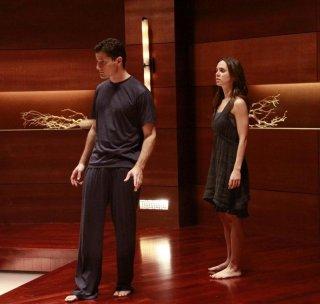 Eliza Dushku ed Enver Gjokaj in una scena dell'episodio Needs di Dollhouse