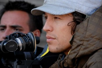 Il regista Cary Fukunaga sul set del film Sin Nombre