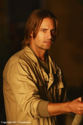 Josh Holloway in una scena dell'episodio He's Our You di Lost