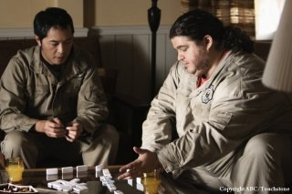 Ken Leung e Jorge Garcia in una scena dell'episodio Whatever Happened, Happened di Lost