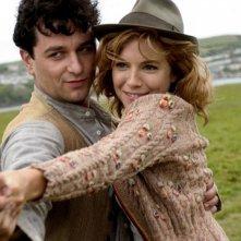 Matthew Rhys e Sienna Miller in un'immagine del film The Edge of Love
