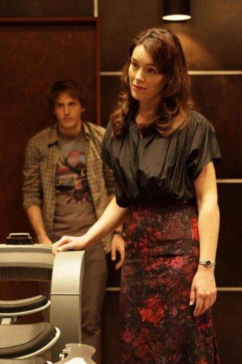 Olivia Williams e Fran Kranz (sullo sfondo) in una scena dell'episodio Needs di Dollhouse