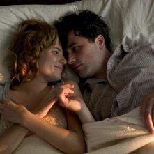 Sienna Miller e Matthew Rhys in una scena del film The Edge of Love
