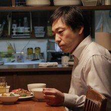 Teruyuki Kagawa in una scena del film Tokyo Sonata