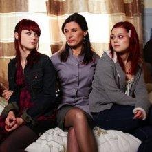 Kathryn Prescott e Megan Prescott in una foto promozionale dell'episodio 'Katie & Emily' della terza stagione della serie tv inglese Skins