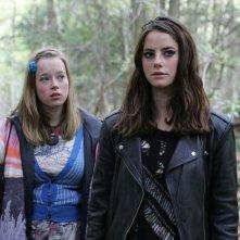 Lisa Backwell e Kaya Scodelario in una foto promozionale dell'episodio 'Effy' della terza stagione della serie tv Skins