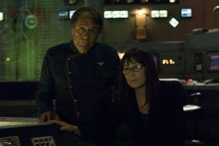 Edward James Olmos e Mary McDonnell in un momento di calma dell'episodio 'Daybreak: Part 2', finale della serie Battlestar Galactica