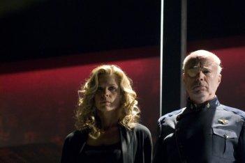 Kate Vernon e Michael Hogan in un momento dell'episodio 'Daybreak: Part 2', finale della serie Battlestar Galactica