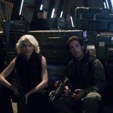 Tricia Helfer e James Callis si preparano alla battaglia nell'episodio 'Daybreak: Part 2', finale della serie Battlestar Galactica