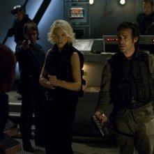 Tricia Helfer insieme a James Callis e alle loro spalle Edward James Olmos nell'episodio 'Daybreak: Part 2', finale della serie Battlestar Galactica