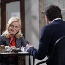Amy Poehler e Paul Schneider (di spalle) nel pilot di Parks and Recreation