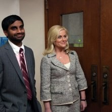 Amy Poehler ed Aziz Ansari in una scena del pilot di Parks and Recreation