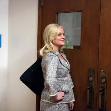 Amy Poehler in una scena del pilot di Parks and Recreation