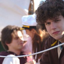 Jesse Eisenberg in una scena del film The Education of Charlie Banks