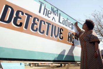Jill Scott in una scena della serie The No. 1 Ladies' Detective Agency