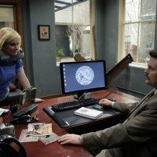 Nick Offerman ed Amy Poehler in una scena del pilot di Parks and Recreation