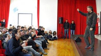 Il regista Giovanni Veronesi con gli studenti romani alla conferenza stampa per Aspettando il Festival di Roma 2009