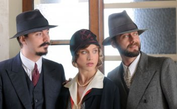 Gualtiero Burzi, Gabriella Pession e Maurizio Marchetti in un'immagine del film tv Lo smemorato di Collegno