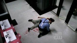 Jensen Ackles in una scena drammatica dell'episodio 'It's a Terrible Life' della quarta stagione di Supernatural