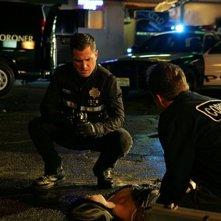 David Berman (di spalle) e George Eads raccolgono le prove nell'episodio 'Turn, Turn, Turn' della nona stagione di CSI - Las Vegas