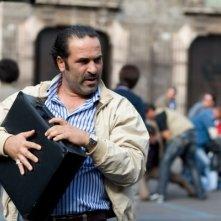 Domenico Centamore in una sequenza della commedia La matassa, con Ficarra e Picone