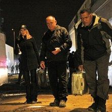 Laurence Fishburn, Marg Helgenberger e Paul Guilfoyle nell'episodio 'Mascara' della serie tv CSI - Las Vegas