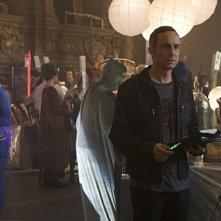 Wallace Langham indaga sui partecipanti alla conventio nell'episodio 'A Space Oddity' della serie tv CSI: Crime Scene Investigation