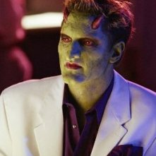 Andy Hallett in una foto promozionale della serie televisiva Angel, nel quale interpretava il demone Lorne