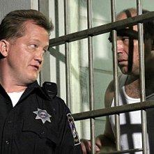 Christian Stolte e Wade Williams in una scena di Prison Break