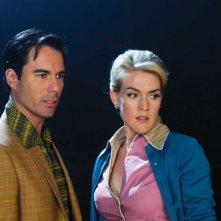 Eric McCormack e Jenni Baird in una scena del film Alien Trespass