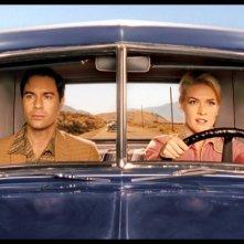 Eric McCormack e Jenni Baird in una sequenza del film Alien Trespass