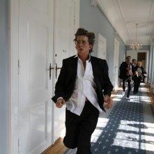 Thomas Bo Larsen in fuga nei corridoi dell'albergo in cui alloggia in uan scena di Riunione di famiglia