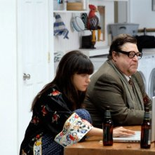 Zooey Deschanel e John Goodman in una scena del film Gigantic