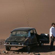 Adriano Giannini e la sua auto nel deserto del Marocco in La casa sulle nuvole
