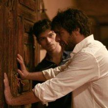 Adriano Giannini ed Emanuele Bosi in una drammatica scena di La casa sulle nuvole