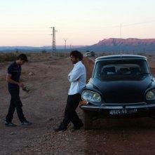 Ancora Adriano Giannini ed Emanuele Bosi in una scena di La casa sulle nuvole ambientata nel deserto marocchino