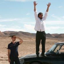 Emanuele Bosi e Adriano Giannini persi nel deserto marocchino in una scena di La casa sulle nuvole