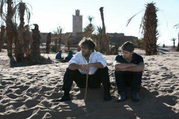 I desolati fratelli Adriano Giannini ed Emanuele Bosi in una scena di La casa sulle nuvole