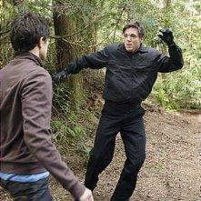 Matt Dallas, di spalle, e Nicholas Lea  in una scena d'azione dell'episodio 'L'utilità della memoria' della serie tv Kyle XY