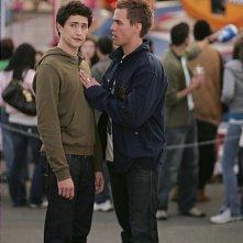 Matt Dallas e Chris Olivero nell'episodio 'Udito straordinario' della serie tv Kyle XY